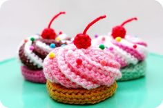 swirly cupcake crochet pattern from Twinkie chan Crochet Gratis, Crochet Diy, Crochet Amigurumi, Crochet Food, Amigurumi Patterns, Crochet For Kids, Crochet Dolls, Crochet Patterns, Crochet Bear