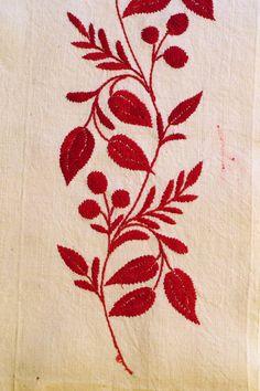 Delsbosöm, broderier ur Handarbetets Vänners samlingar. Foto av Alicia Sivertsson. Traditional Swedish embroidery, photo by Alicia Sivertsson.