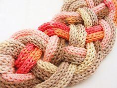 Collier tressé en couleurs beiges, roses et orange - bijoux tricoté