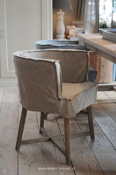 De stijlvolle eetkamerstoelen Woodie van Netty de Groot nodigen uit om lekker te gaan zitten. Solide en zacht, mooie kleuren.