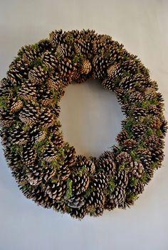 Pin by lia dillen on kerstmis Advent Wreath, Diy Wreath, Door Wreaths, Xmas Ornaments, Christmas Wreaths, Christmas Crafts, Christmas Decorations, Fall Deco, Pine Cone Crafts