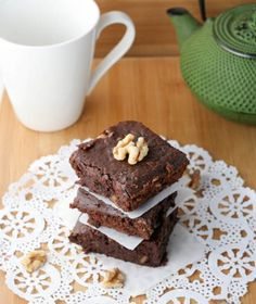 Black Bean Brownies - now to get my own kitchen so I can set up my Vita Mix and my Mixmaster and start churning out these goodies. Marianne, wish you could come out West and be my neighbor. Vegan Sweets, Healthy Desserts, Healthy Recipes, Healthy Food, Healthy Eating, Gluten Free Bars, Gluten Free Recipes, Black Bean Brownies, Protein Muffins