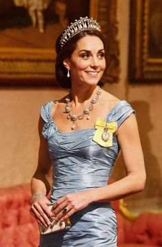 Best Dressed Women of the Week Endless McQueen for a future queen. Kate Middleton once again stuns in an Alexander McQueen ensemble. Diamond and pearl Cambridge Lover's Knot tiara, previously worn by Princess Diana, sold separately. Alexander Mcqueen Kleider, Beauty And Fashion, Fashion Mode, Royal Fashion, Hollywood Fashion, Vogue Fashion, Fashion Trends, Lady Diana, Queen Mary