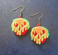 Snow White Evil Wicked Witch Poison Apple Earrings by FoxyFunk Weird Jewelry, Cute Jewelry, Jewelry Accessories, Emoji Jewelry, Jewelry Mirror, Funky Jewelry, Jewelry Crafts, Unique Jewelry, Funky Earrings