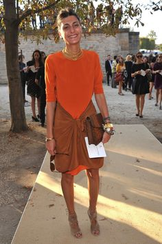 El look de Giovanna Battaglia orange/brown Giovanna Battaglia, Estilo Fashion, Ideias Fashion, Summer Wear, Summer Outfits, Fashion Articles, Classy Casual, Fashion Editor, Mode Inspiration