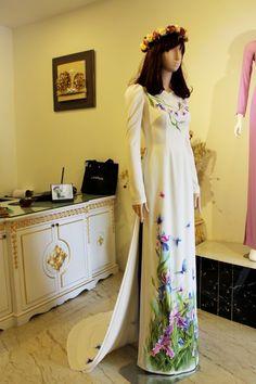 Áo dài trắng cách tân vẽ họa tiết hoa bướm tươi trẻ - Áo dài cưới