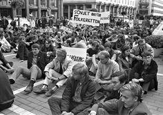SITTER BARE HJEMME: Jeg ser i dag ingen som er ute i gatene og protesterer mot noe. Vi sitter vi hjemme og lurer på hva vi skal ha på oss for å fremheve kløften, rumpen eller bicepsene, skriver innsender. Bildet er fra en demontrasjon i Bergen i 1968. FOTO: ARKIVFOTO: BIRKHAUG OG OMDAL/BT