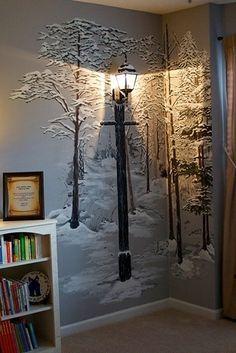 O pinta un mural de un bosque invernal sobre la pared y agrega una lámpara…
