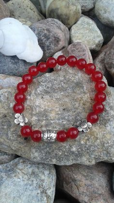 Bracelet en jade rouge (teint) et billes argentées de la boutique dBrobijoux sur…