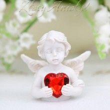 Piękna figurka aniołka, która położona przy każdym nakryciu z powodzeniem udekoruje stół. Po przyjęciu będzie miłą niespodzianką dla każdego gościa