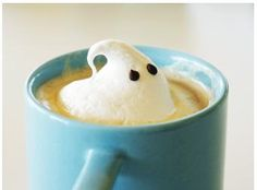 Halloween Latte (or hot chocolate? Cute Food, Yummy Food, Latte Art, Food Humor, Coffee Art, Iced Coffee, Halloween Treats, Halloween Drinks, Halloween Town