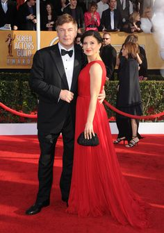 Alec Baldwin, con traje de Ermenegildo Zegna, acudió a la ceremonia con su esposa, Hilaria Thomas