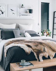 Chambre cosy avec sa peau de bête comme couvre lit