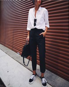 Bluse Outfit, White Blouse Outfit, Black Pants Outfit, White Sneakers Outfit, White Shirt Outfits, Black Cropped Pants, Black Pants White Shirt, Black Cigarette Pants Outfit, High Top Vans Outfit