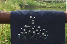 #야생화자수 #꿈소 #꿈을짓는바느질공작소  #자수 #자수타그램 #꽃자수 #개망초 #앞치마 #daisyfleabane #apron #embroidery #broderie #刺繍 #handembroidery #floralembroidery #handmade #вышивка Embroidery Scarf, Cushion Embroidery, Embroidery Sampler, Hand Embroidery Designs, Beaded Embroidery, Embroidery Stitches, Embroidery Patterns, Brazilian Embroidery, Fabric Painting