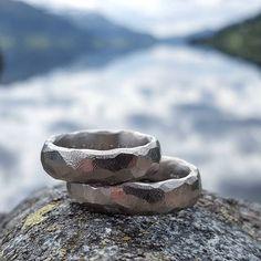 Close up #gullsmed #norskdesign #norskproduksjon #kvittgull #hvittgull #gull #goldsmith #najdsmykker #norwegianmade #weddingrings #weddingbands #gifteringer #dittbryllup #bryllupsmagasinet @dittbryllup #kamillenorge #taramag #spesialbestilling #custommade #unik