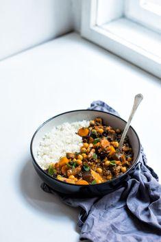 Kořenová zelenina s černou čočkou a cizrnou Raw Vegan, Chana Masala, Food Inspiration, Ham, Food And Drink, Vegetarian, Lunch, Cooking, Ethnic Recipes