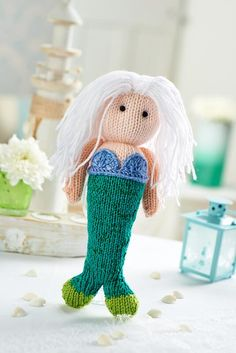 We think it's time for another preview from issue 63, so without further ado we'd like to introduce you to Pearl the mermaid by @fluffandfuzz. The special thing about Pearl is that she has a gorgeous glittery tail! Find the pattern and yarn in issue 63, on sale later this month.