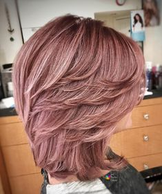 50 Best Medium Length Layered Haircuts in 2020 - Hair Adviser - - Are you bored of your look? Layers are a great way to spice up dull hair! Check out these 50 stunning medium length layered haircuts and hairstyles! Medium Length Hair Cuts With Layers, Medium Cut, Medium Hair Cuts, Medium Hair Styles, Short Hair Styles, Bob With Layers, Medium Length Layered Bob, Long Layered, Layered Cuts