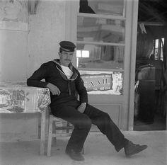 Πειραιάς, 1955, ναύτης σε καφενείο.