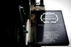 A nova Loja das Conservas tem muita lata Nova, The Guardian, Flask, Books, Lisbon, Tin Cans, Preserve, Libros, Book