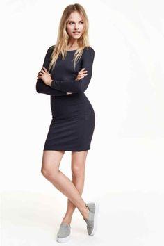 Rövid ruha: Rövid, testhezálló, vastag dzsörzéruha kissé szélesebb nyakkivágással és hosszú ujjal.