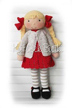 Millie - zabawka wykonana ręcznie na szydełku. Lalka ubrana jest w sukienkę, sweterek oraz szydełkowane buciki.   Wielkość lalki : oko...