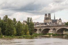 Temps nuageux sur le #ValdeLoire comme ici au dessus d'#Orléans et de la Cathédrale Ste-Croix ! Vivement le retour du beau temps :) Merci Patrick Loiseau