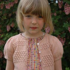 Pige cardigan med sømandsmønster og pufærmer.