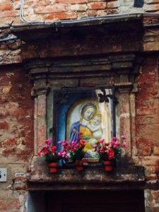 tabernacolo della nobile Contrada del Nicchio, vicolo del Finimondo Siena.