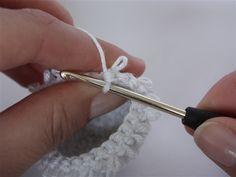 """De lussteek, in het Engels """"loop stitch"""", is een steek met een leuk effect. Je kunt er bijvoorbeeld haren mee creëren voor je amigurumi. Het..."""