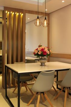 Modern dining room- Dining room with table in black metallic structure and top in Silestone White Storm. The slatted panel with lighting and mirror divides the kitchen room. Modern dining room Feng Shui for Design Home Design Decor, Diy Home Decor, Interior Design, Condominium Interior, Room Feng Shui, Simple Kitchen Design, Home Theater Furniture, Style Tile, Flooring Options