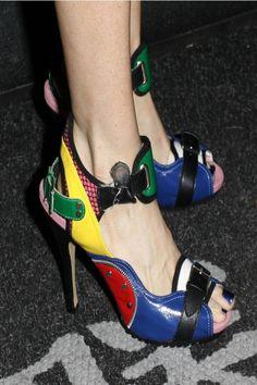 Fetiš poznatih dama: Efektne i otkačene cipele >> http://www.cosmopolitan.rs/s-moda/16387-fetis-poznatih-dama-efektne-i-otkacene-cipele.html