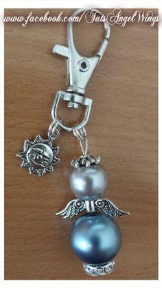 Angel~Wings Sleutelhanger -Tashanger met mooie blauwe kraal, kroontje en strass kraagje.