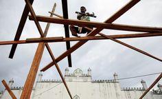 La costruzione di una moschea a Banda Aceh, in Indonesia.    (Reuters/Damir Sagolj)