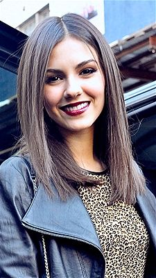 This blunt cut with straight long hair looks great on Victoria Justice. She is such a beautiful girl and she is wearing the smoky eyes and deep lip color. Her outfit is great. I think she has some blue in her hair. Trendy Hairstyles, Straight Hairstyles, One Length Haircuts, Medium Hair Styles, Short Hair Styles, Victoria Justice, Long Hair Cuts, Hair Looks, Hair Lengths