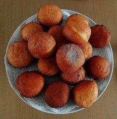 Magwinya is a favorite, tasty street food sold in Botswana and South Africa along with fried chips. Here is the recipe for these doughnuts. South African Dishes, South African Recipes, Africa Recipes, Fat Cakes Recipe, Kos, Fried Chips, Doughnuts, Dessert Recipes, Desserts