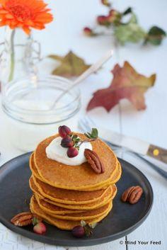 pampoen pannenkoekies 150 gr pampoenpuree 75 ml Griekse jogurt 50 gr hawermeel (of hawermeel) 1 eier 2 teelepel kaneel 1 knippie vanieljepoeier teelepel gemmerpoeier teelepel kardemom poeier knippie neutmuskaat pekanneute Pumpkin Pancakes, Pancakes And Waffles, Best Breakfast, Breakfast Recipes, Go For It, Happy Foods, Easy Snacks, Healthy Drinks, Healthy Food
