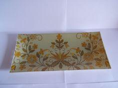 Bandeja de cristal con motivos florales imitación bordado.