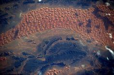 El desierto del Sahara en el atardecer. Bbc, Nasa, Chris Hadfield, Terra, Travel Photography, Earth, Sunset, Landscape, International Space Station