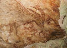 Arte rupestre-Pinturas à mão em uma caverna da Indonésia remontam há 39.900 anos. São algumas das mais antigas imagens do tipo encontradas na história e a sua localização pode mudar a forma como enxergamos a origem desse tipo de arte. Por muito tempo, considerou-se que os primeiros artistas surgiram na Europa pré-histórica em torno desse mesmo período, mas essa nova descoberta, feita na ilha de Sulawesi, amplia geograficamente essa visão.   Pub. 12.10.2014-Hype.Sciense…