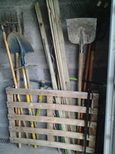 paletten garten Ingenious garden tools storage to help you prep for a no-clutter yard work season! Read on to learn more! Ingenious garden tools storage to help you prep for a no-clutter yard work season! Read on to learn more! Woodworking Projects Diy, Pallet Projects, Garden Projects, Garden Tools, Diy Projects, Project Ideas, Pallet Tool, Woodworking Techniques, Woodworking Plans