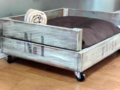 Home Frosting: Daisy's Crate Bed. Check out this tutorial to make this dog bed from a pallet - We want one! Pallet Projects, Home Projects, Do It Yourself Upcycling, Raised Dog Beds, Pallet Dog Beds, Pallet Wood, Diy Wood, Pallet Bench, Diy Pallet
