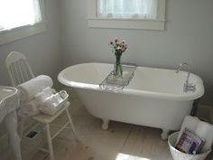 a vintage bathroom... vintagecharmbymimi.blogspot.com