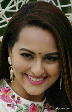 ILU SONA Bollywood Actress Hot Photos, Bollywood Girls, Most Beautiful Indian Actress, Beautiful Actresses, Black Lively, Katrina Kaif Images, Actress Priyanka, Samantha Photos, Sonakshi Sinha