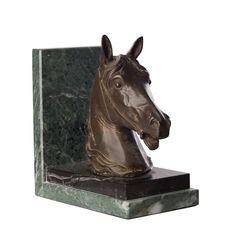 La Testa di Cavallo è una bellissima realizzazione della Fonderia Del Giudice. Si tratta di due articoli gemelli che possono essere utilizzati come fermalibri o come oggetti esclusivi d'arredamento.