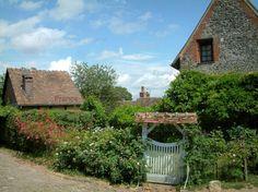 geberoy france   Gerberoy : Portillon blanc d'un jardin fleuri, maisons du village et ...