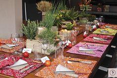 Pizzada em casa com decoração colorida! Usamos farinha de trigo, ovos, cebola, tomates, e trigo, em sacolas de papel pardo. Manjericão, orégano, alecrim, e manjerona, em latas de molho de tomate forradas com juta, e em cestas de palha rústica