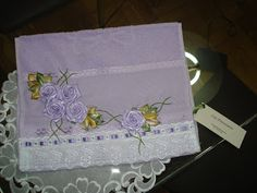 LOY HANDCRAFTS, TOWELS EMBROYDERED WITH SATIN RIBBON ROSES: Toalha para Lavabo bordada com flores de fitas em ...