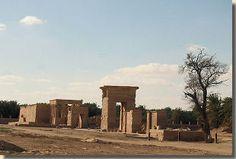 De Hibistempel, Charga oase, West-Egypte. Verscholen achter een palmbos langs de woestijnweg in de Charga oase, ligt de Hibistempel op zo'n twee kilometer ten noorden van de hoofdstad El-Charga. Het is de grootste en best bewaard gebleven tempel uit de Perzische Tijd in Egypte. De tempel behoorde tot de oude hoofdstad   (Hebet) dat 'de ploeg' betekent. Lees het volledige artikel op Kemet.nl